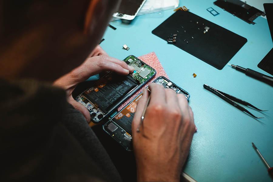 wymiana baterii smartfon uszkodzenie mechaniczne