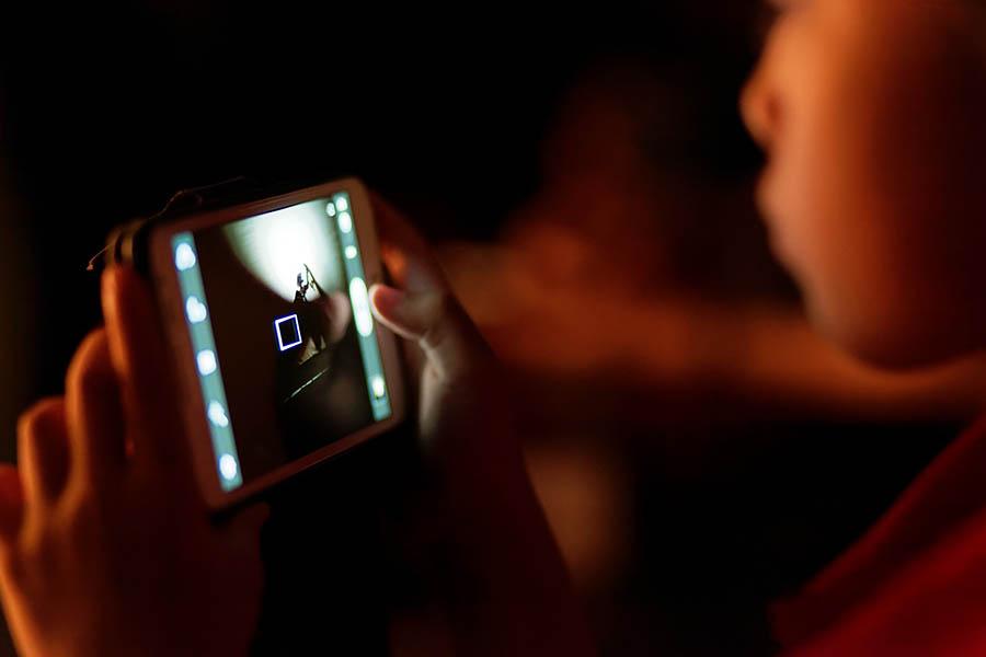 Smartfon w rękach dziecka